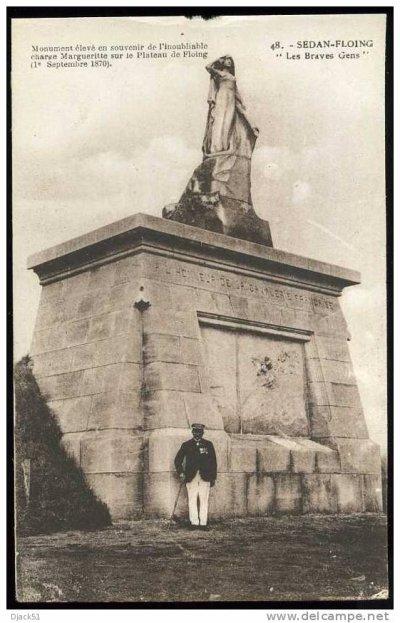"""monument """"les braves gens"""" à Sedan-Floing avec un vétéran posant au pied de la statue"""