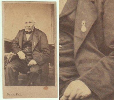 photographie ancienne d'un ancien soldat napoléonien arborant la médaille de Ste Hélène