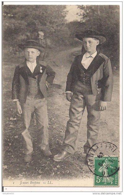 cpa représentant deux jeunes bretons dont un porteur de la légion d'honneur ! (1904)