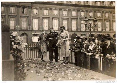 Photo de Presse pour l'anniversaire de la mort de l'empereur célébré le 6 mai 1937 à la colonne Vendôme à Paris