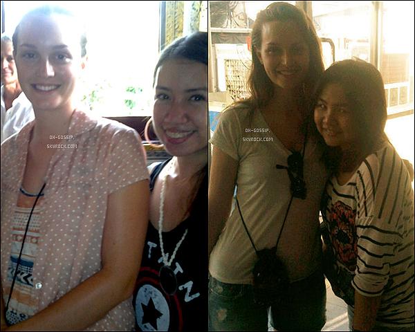 . 29-30/04/12 | Leighton a été repéré alors qu'elle était en Thaïlande en train de poser avec des fans .