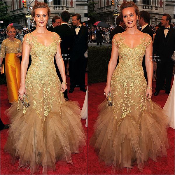 . 07/05/12 | Leighton Meester au bal annuel du MET « Schiaparelli And Prada : Impossible Conversations » Pour sa venue au MET Ball à NYC, Leighton était vêtue d'une robe dorée signé Marchesa, personnellement je n'aime pas trop la robe. .