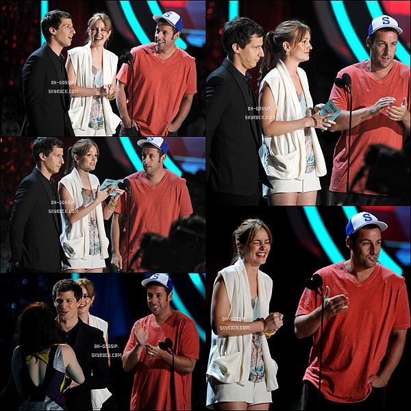 . 03/06/12 | Leigh' aux MTV Movie Awards avec ses co-stars de « That's My Boy  » pour remettre un prix. . Avis : J'aime bien la tenue mais en revanche je n'adhère pas à son maquillage, particulièrement à son rouge à lèvre, je ne suis pas fan de sa coiffure non plus je n'aime pas comment elle a positionné sa frange, en bref je la préférais aux MTV 2011, mais ceci n'est que mon avis. .