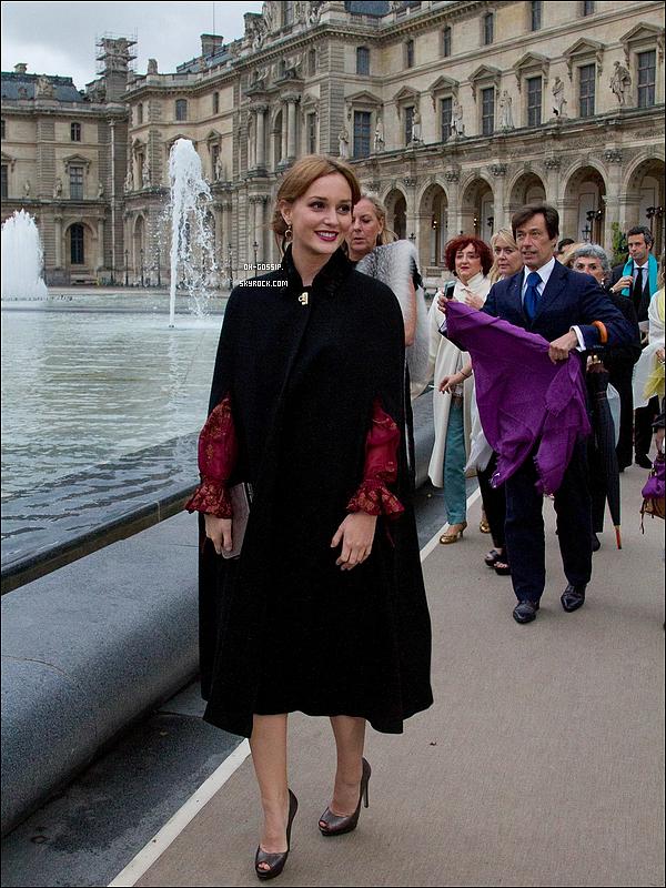 . 12/06/12 | Leighton au musée du Louvres à Paris pour la fashion show de Salvatore Ferragamo Je ne sais pas ce que vous en pensez mais moi je n'aime pas du tout ni la tenue, ni le maquillage donc pour moi c'est un flop !  .
