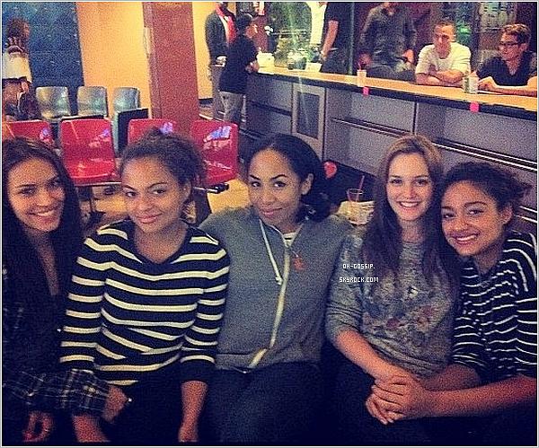 . 24/06/12 | Leighton était à Los Angeles dans un bar ou restaurant aux côtés de plusieurs amis. .
