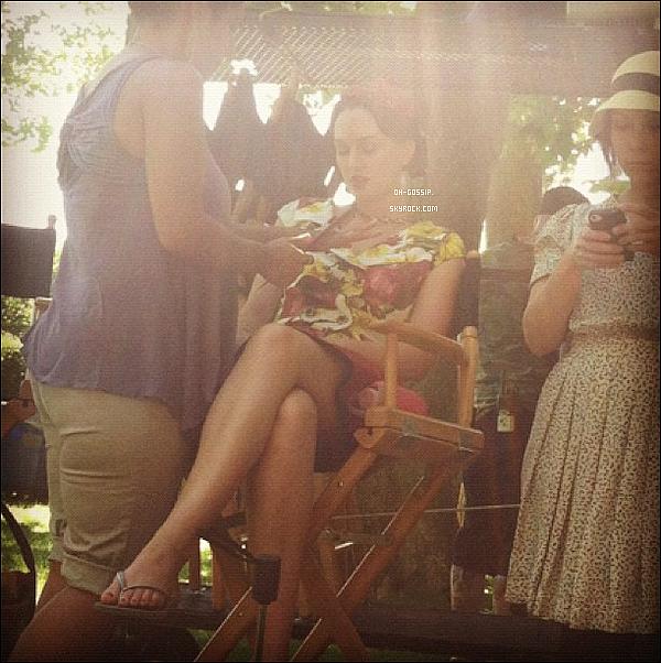 . 10/07/12 | Leighton Meester en robe fleuris prenait une petite pause make up sur le set de Gossip Girl. Penn Badgley, Blake Lively et Michelle trachtenberg étaient également au rendez-vous. Ils filment actuellement à l'Oheka Castle.