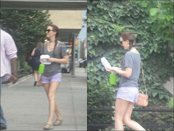 . 18/07/12 | Leighton Meester, lunette sur le nez, arrivant sur le set de Gossip Girl avec ses bodyguards .
