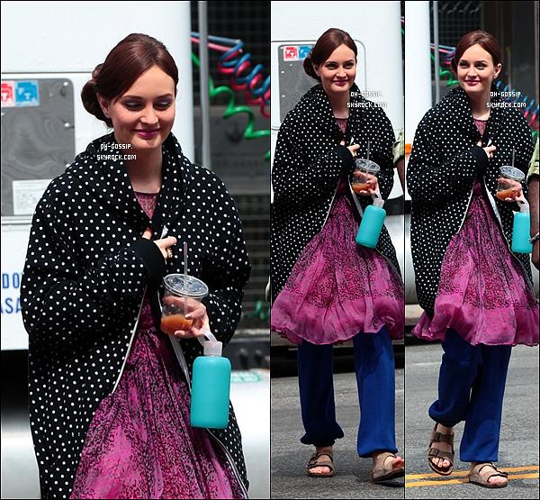 . 31/07/12 | Leighton Meester sourire aux lèvres sur le set de Gossip Girl avec son co-star Ed Westwick .