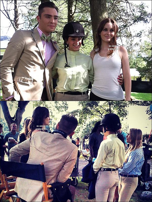 . 07/08/12 | Leighton Meester posant avec des fans sur le set de Gossip Girl à Old Westbury, (NY). Ils viennent de terminer le tournage du 6x03 donc ils en sont à l'épisode 6x04 qui s'intitule « Portrait of a Lady Alexander » .