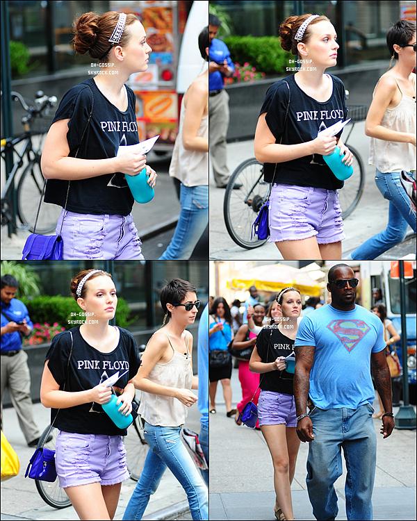 . 22/08/12 | Leighton M. a été aperçu alors qu'elle arrivait sur le set de Gossip Girl avec une jolie tenue .