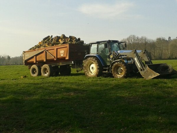 Le new holland charger de bois se matin