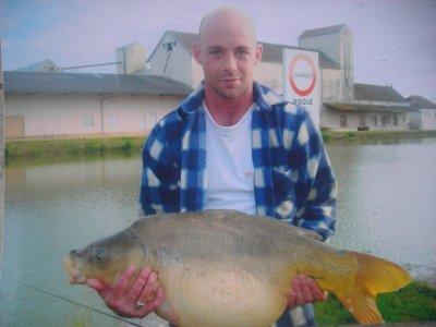 Carpe de 16.3 kg pêcher au canal de bourgogne.......  très beau poissons.....