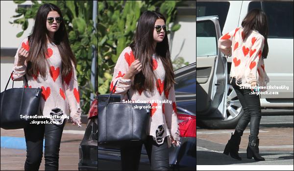 04 Octobre | Selena a été aperçue se rendant au Sky High Sports Trampoline Park à Woodland.