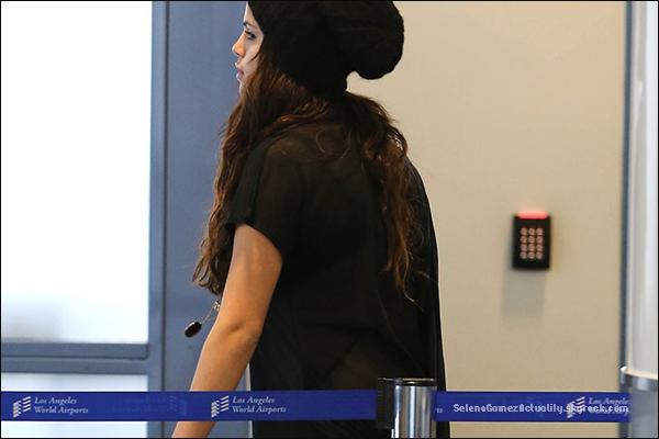 Le 20 Octobre | Selena a été aperçue se rendant à l'aéroport LAX de Los Angeles.--------- Top ou Flop?