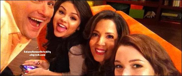 Le 31 Octobre | Selena sur le tournage de l'épisode spécial des « Sorciers de Waverly Place »  avec le cast.