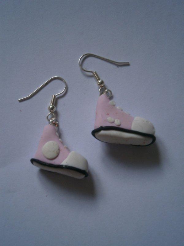 ARTICLE 79 : Boucles d'oreilles converses roses.