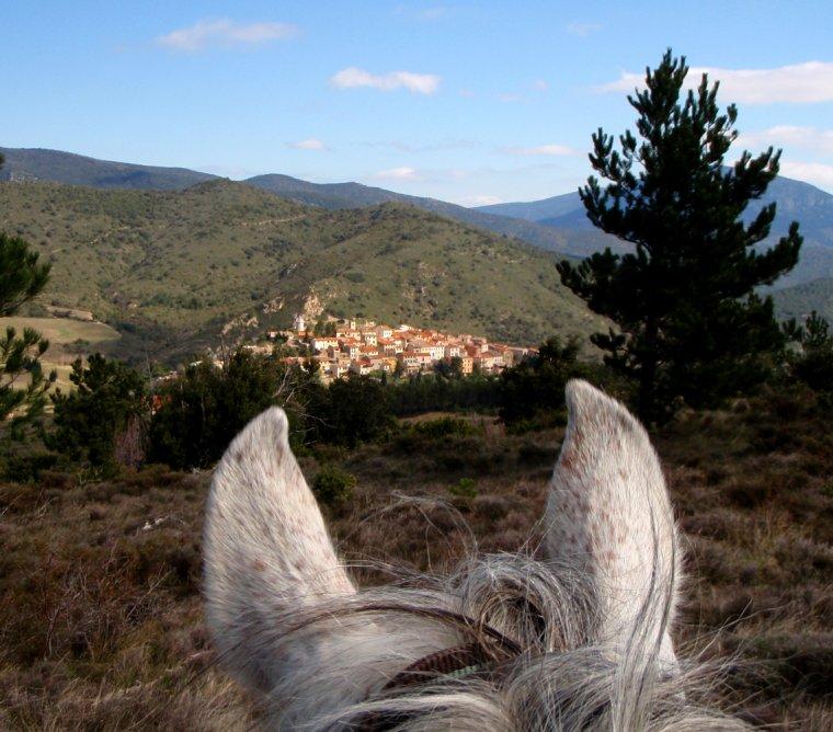 QU'IL EST BEAU TON PAYS, OCCITANE ! Le village de Cucugnan, dans l'Aude, entre les oreilles de la belle......