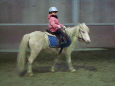 Alia notre fille chérie 4 ans et Sultane son premier cours à poney à la ferme des castors