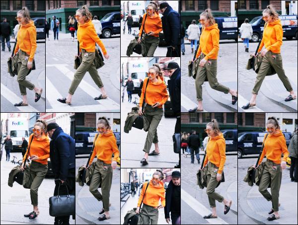 - 30.03.17 ─ Notre ravissante Gigi' Hadid est photographiée alors qu'elle se promenait dans les rues de New York ! [/s#00000ize]Le soir même, elle est photographiée en compagnie de sa maman, Yolanda et c'est avec la même tenue que nous la retrouvons a nouveau. Un petit flop !  -