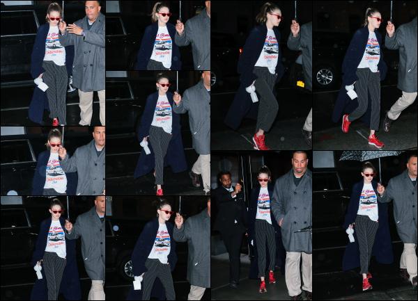 - 31.03.17 ─ Notre ravissante Gigi' Hadid est photographiée alors qu'elle se promenait dans les rues de New York ! [/s#00000ize]Gigi Hadid portait une tenue assez spéciale, un mélange de style que je n'aime pas du tout pour le coup. Je lui donne un gros flop. Vous avez des avis ?!  -