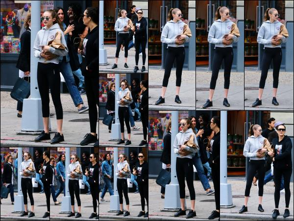 - 24.05.17 ─ Notre ravissante Gigi' Hadid est photographiée alors qu'elle se promenait dans les rues de New York ! [/s#00000ize]Après plusieurs jours sans nouvelle de notre sublime Gigi, la voilà de nouveau photographiée dans New York. Une tenue de sport plutôt sympa je trouve. -