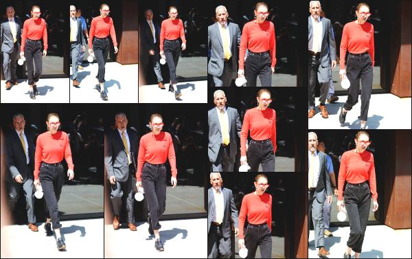 - 31.05.17 ─ Notre Gigi Hadid est photographiée alors qu'elle quittait son appartement dans les rues de New York ! [/s#00000ize]Gigi partait en direction d'un studio photo à en voir les prochaines sorties qu'elle nous à offert. Je n'aime pas du tout sa tenue malheureusement. Un flop. -
