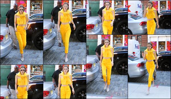 - 02.06.17 ─ Notre Gigi Hadid est photographiée alors qu'elle revenait son appartement dans les rues de New York[/s#00000ize]C'est tout de jaune vêtu que nous retrouvons Gigi pour se deuxième jour du mois de juin. Une tenue très estivale mais un peu trop de jaune à mon gout.  -
