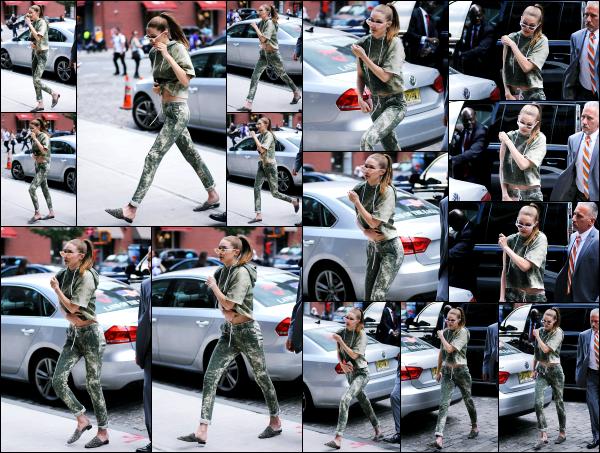 - 09.06.17 ─ Notre Gigi Hadid est photographiée alors qu'elle revenait son appartement dans les rues de New York[/s#00000ize]C'est de nouveau devant l'immeuble de son appartement que Gigi à été photographiée, comme la plus part du temps d'ailleurs. J'aime bien l'ensemble !   -