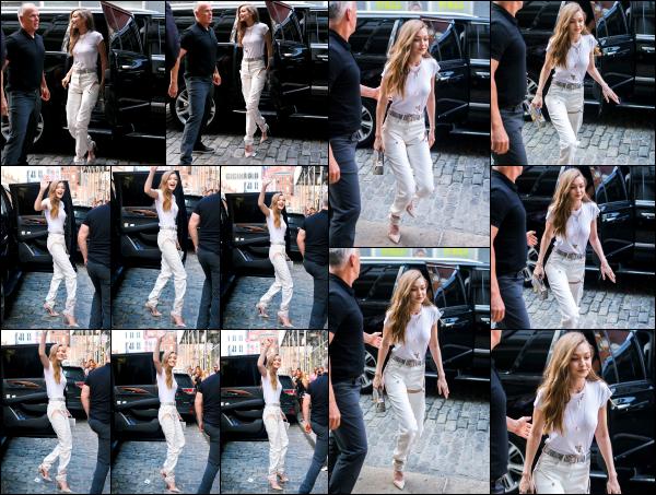 - 10.06.17 ─ Notre belle Gigi Hadid est photographiée, arrivant dans les bureaux de « V Magazine » dans New York[/s#00000ize]Gigi se rend à cet endroit pour la signature de l'édition spéciale « The Gigi Journal » ! C'est auprès de plusieurs fans et sa mère que nous la retrouvons !  -