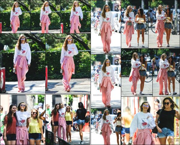 - 11.06.17 ─ Notre belle Gigi Hadid est photographiée  au quartier de Greenwich Village dans la ville de New York ![/s#00000ize]Gigi était en compagnie de l'une de ses amies, et à croisé a plusieurs reprises des fans avec qui elle a posée pour des photos. Tenue spéciale mais sympa. -