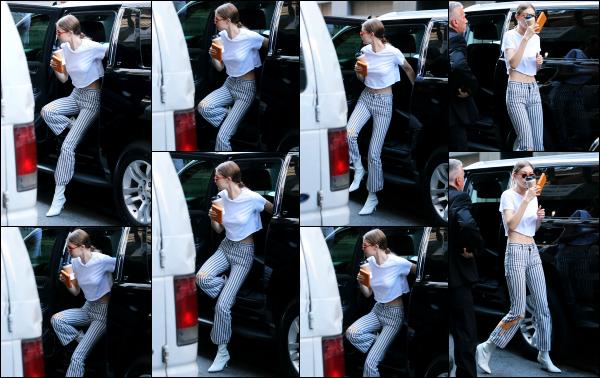- 12.06.17 ─ Notre belle Gigi Hadid est photographiée alors qu'elle quittait son véhicule dans les rues de New York.[/s#00000ize]C'est après être aller s'acheter un petit café que nous retrouvons Gigi, quittant le véhicule qui l'a transporte assez régulièrement. Je n'aime pas son bas ! -