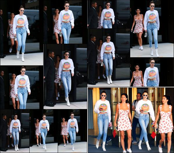 - 14.06.17 ─ Notre Gigi Hadid est photographiée alors qu'elle quittait son appartement dans les rues de New York ! [/s#00000ize]C'est à présent dans une nouvelle tenue que Gigi sort de son appartement, je préfère largement à l'autre. Elle se dirigeait vers Brodway avec son amie ! -