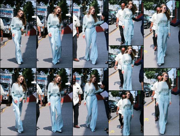- 15.06.17 ─ Notre ravissante Gigi' Hadid est photographiée alors qu'elle se promenait dans les rues de New York ! [/s#00000ize]Toujours la même tenue que dans la sortie précédente, mais cette fois ci c'est sans son petit gobelet de café... Elle est très souriante, ca fait plaisir à voir. -