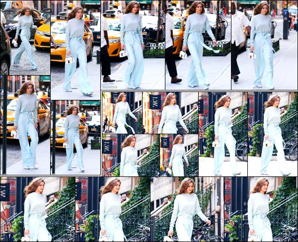 - 15.06.17 ─ Notre Gigi Hadid est photographiée alors qu'elle revenait son appartement dans les rues de New York.[/s#00000ize]Toujours la même tenue que dans la sortie précédente, mais cette fois ci c'est sans son petit gobelet de café... Elle est très souriante, ca fait plaisir à voir. -