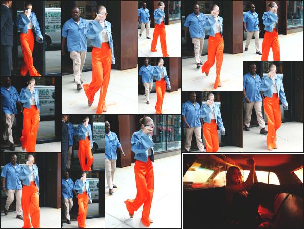 - 19.06.17 ─ Notre Gigi Hadid est photographiée alors qu'elle quittait son appartement dans les rues de New York ! [/s#00000ize]Je n'aime pas du tout la tenue que portait Gigi ce jour là malheureusement. L'ensemble me plait pas des masses. Je lui accorde donc un flop ! Vos avis ? -