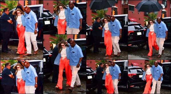 - 19.06.17 ─ Notre Gigi Hadid est photographiée alors qu'elle revenait son appartement dans les rues de New York.[/s#00000ize]Je n'aime pas du tout la tenue que portait Gigi ce jour là malheureusement. L'ensemble me plait pas des masses. Je lui accorde donc un flop ! Vos avis ? -