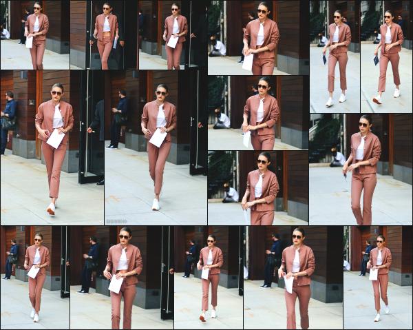 - 21.06.17 ─ Notre Gigi Hadid est photographiée alors qu'elle quittait son appartement dans les rues de New York ! [/s#00000ize]Gigi H. quittait son appartement ce jour là pour aller rejoindre un studio dans un immeuble de bureaux, toujours dans New York. Une tenue  plutôt sympa -