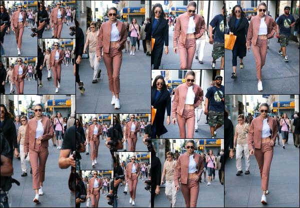 - 21.06.17 ─ Notre belle Gigi Hadid est photographiée alors qu'elle quittait des bureaux dans les rues de New York.[/s#00000ize]Gigi H. avait très certainement un rendez-vous professionnel dans cet immeuble, ce qui explique la raison de sa venue. Même tenue que j'aime assez bien -