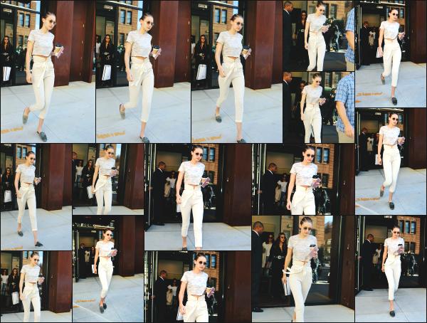 - 22.06.17 ─ Notre Gigi Hadid est photographiée alors qu'elle quittait son appartement dans les rues de New York ! [/s#00000ize]Une nouvelle journée pour Gigi, et c'est de nouveau devant son appart' qu'elle à été photographiée avec son café à la main. J'aime plutôt bien la tenue !  -