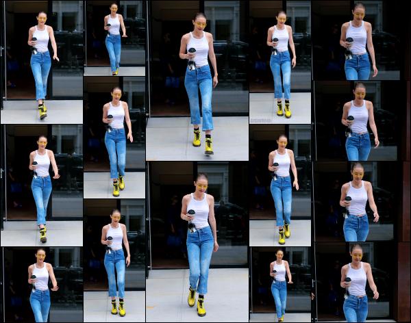 - 26.06.17 ─ Notre Gigi Hadid est photographiée alors qu'elle quittait son appartement dans les rues de New York ! [/s#00000ize]Une nouvelle journée pour Gigi, et c'est de nouveau devant son appart' qu'elle à été photographiée avec son café à la main. J'aime plutôt bien la tenue !  -