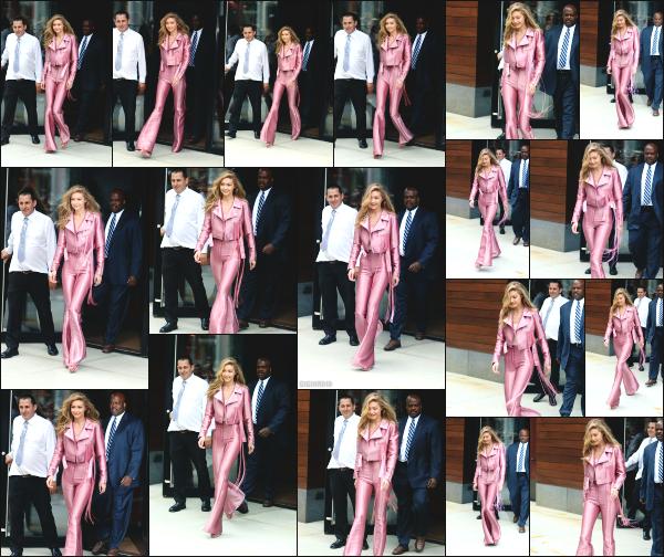 - 27.06.17 ─ Notre Gigi Hadid est photographiée alors qu'elle quittait son appartement dans les rues de New York ! [/s#00000ize]C'est dans une tenue vraiment très spéciale pour le coup, que Gigi à été aperçue ! Je n'aime ni la couleur, ni la coupe de l'ensemble. C'est un gros flop ! -