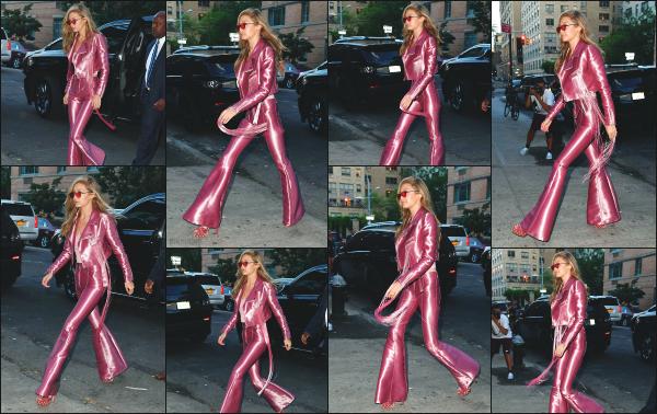 - 27.06.17 ─ Notre Gigi Hadid est photographiée, arrivant à l'évènement « Vogue Eyewear » organisé à New York ! [/s#00000ize]C'est dans une tenue vraiment très spéciale pour le coup, que Gigi à été aperçue ! Je n'aime ni la couleur, ni la coupe de l'ensemble. C'est un gros flop ! -