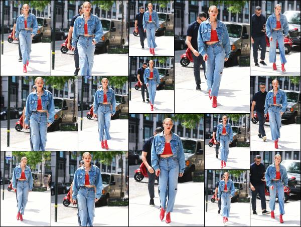 - 29.06.17 ─ Notre Gigi Hadid est photographiée alors qu'elle revenait son appartement dans les rues de New York.[/s#00000ize]Gi' quittait son appartement dans un look total jeans cette fois ! Le make up qu'elle porte est vraiment sympa je trouve et lui va bien. Flop pour la tenue. -