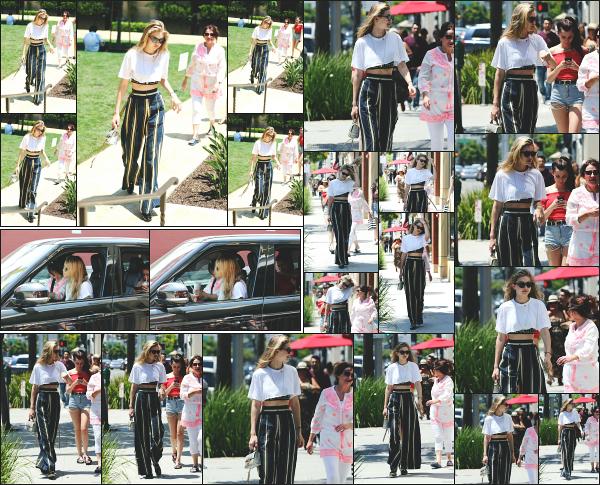 - 10.07.17 ─ Notre belle Gigi Hadid est photographiée, allant faire du shopping chez « Sephora » dans Los Angeles.[/s#00000ize]Quelques heures après sa petite séance shopping dans les rues de Los Angeles, c'est au drive du Mc Donald's que nous retrouvons Gigi ! La gourmandee -