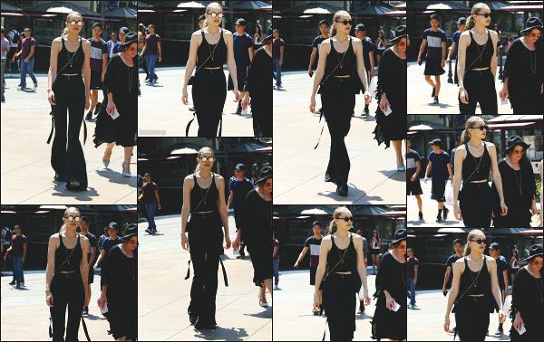 - 11.07.17 ─ Notre belle Gigi Hadid est photographiée, allant au centre commercial « The Grove » dans Los Angeles.[/s#00000ize]C'est de nouveau en compagnie de la soeur et la mère de son petit ami Zayn que nous retrouvons Gigi ce jour là! Je n'accroche pas avec la tenue. Flop !  -