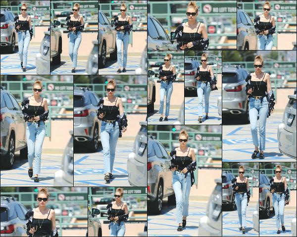 - 12.07.17 ─ Notre belle Gigi Hadid est photographiée, allant déjeuner avec des amis dans la ville de Los Angeles !![/s#00000ize]C'est cette fois ci seule que nous apercevons Gigi qui est toujours présente en Californie ! Sa tenue est plutôt sympa comparé aux dernières. Un petit top -