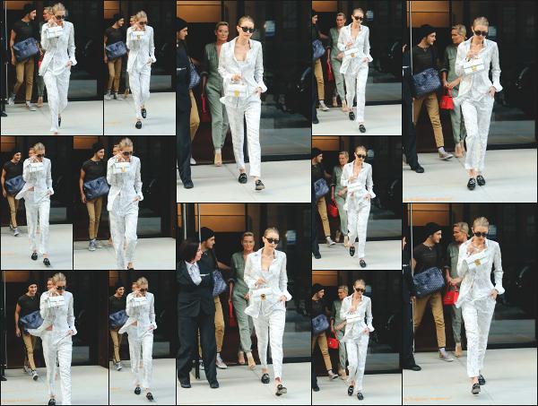 - 17.07.17 ─ Notre Gigi Hadid est photographiée alors qu'elle quittait son appartement dans les rues de New York ! [/s#00000ize]Gigi quitte une nouvelle fois son appartement, mais cette fois ci pour se rendre dans un restaurant et retrouvée sa soeur, Bella Hadid ! Flop pour la tenue. -
