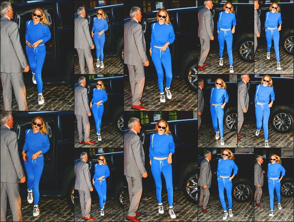 - 19.07.17 ─ Notre Gigi Hadid est photographiée alors qu'elle revenait son appartement dans les rues de New York.[/s#00000ize]Notre très belle Gigi Hadid portait une tenue des plus confortables ce jour là et elle a bien raison, de temps en temps c'est préférable!! Je donne un top ! -