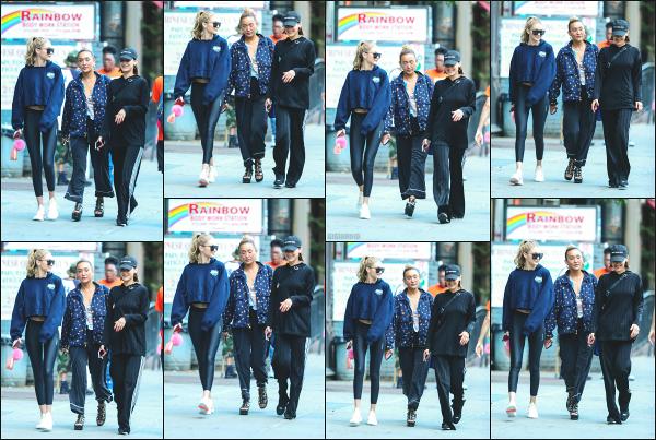 - 25.07.17 ─ Notre ravissante Gigi' Hadid est photographiée alors qu'elle se promenait dans les rues de New York ! [/s#00000ize]C'est en compagnie de sa soeur, Bella Hadid et d'une amie à elles que Gigi a été aperçue ce matin là, dans New York. Une tenue très décontracté. Top !! -