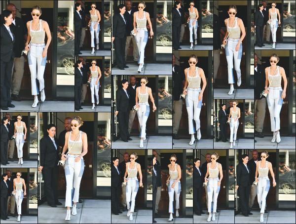 - 26.07.17 ─ Notre Gigi Hadid est photographiée alors qu'elle quittait son appartement dans les rues de New York ! [/s#00000ize]C'est une nouvelle journée qui démarre pour notre mannequin et c'est en direction d'un studio photo qu'elle se dirige ! Je n'aime pas la tenue... Un flop ! -